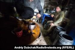Морпіх п'є каву і курить у кухні-бліндажі під Широкином