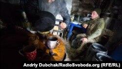 Морпех пьет кофе и курит на кухне-блиндаже под Широкино