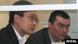 Олег Евлоев (оң жақта) сотта отыр. Астана, 31 наурыз 2009 жыл.