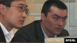 Олег Евлоев (оң жақта) сот залында отыр. Астана, 31 наурыз 2009 жыл.