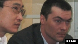 Олег Евлоев (справа) на скамье подсудимых. Астана, 31 марта 2009 года.