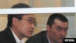 Дмитрий Тян (слева) и Олег Евлоев на скамье подсудимых. Астана, 31 марта 2009 года.