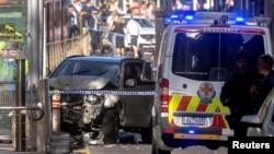 У места происшествия с внедорожником в австралийском городе Мельбурне, в котором ранения получили по меньшей мере 13 человек. 21 декабря 2017 года.