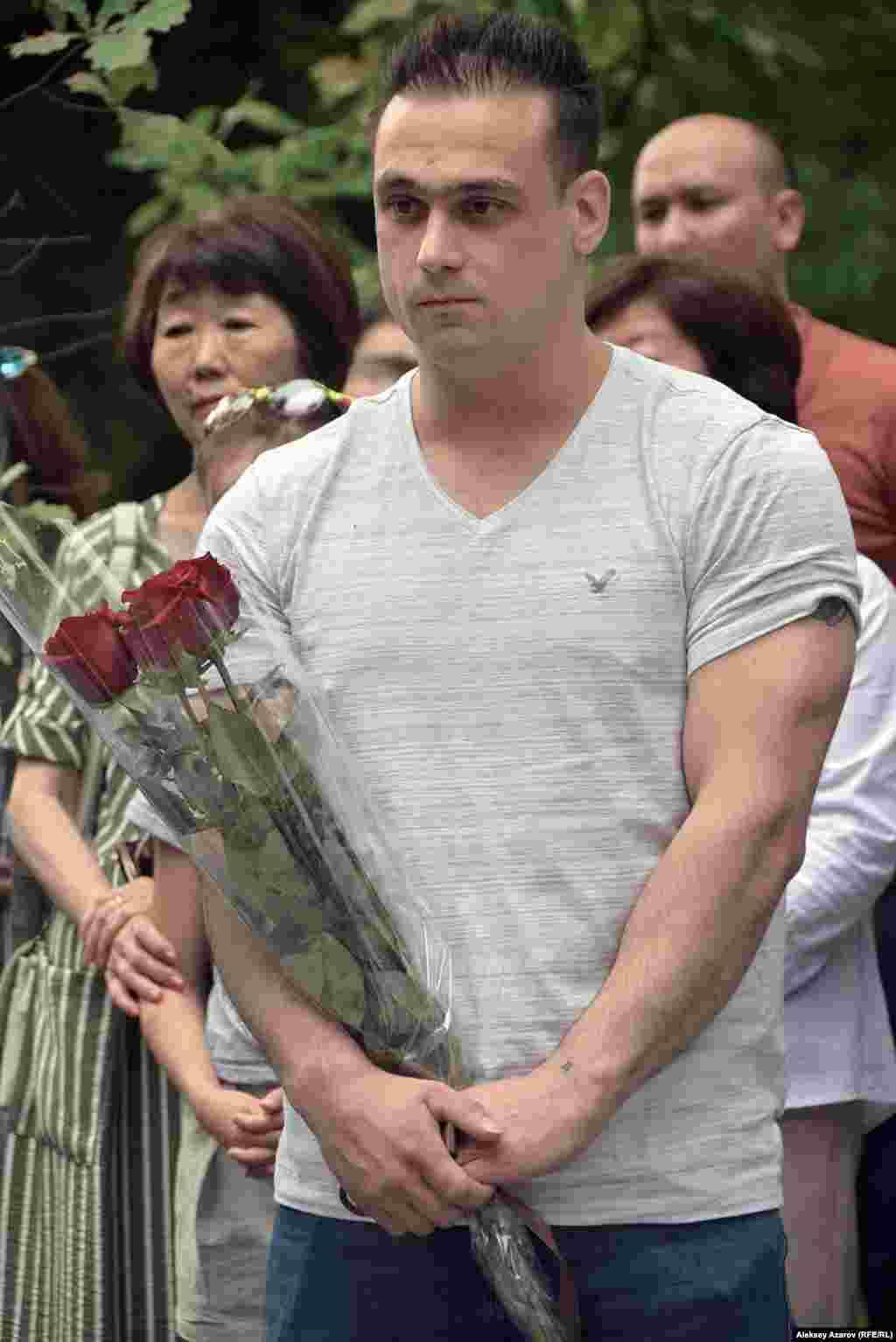Известный казахстанский тяжелоатлет Илья Ильин на открытие памятника пришел с букетом темно-красных роз.