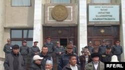 Сторонники оппозиции у здания областного акимата. Талас, 6 апреля 2010 года.