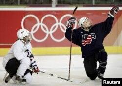 Тренировка женской хоккейной сборной США на Олимпиаде в Турине (2006). Север Италии считается относительно подходящей зоной для зимних видов спорта – благодаря альпийскому высокогорью