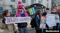 Aktivistët duke kërkuar lirimin e Ildar Dadinit