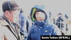 Максат Досмагамбетов (справа) на поминках по жертвам Жанаозенских событий. Село Тенге Мангистауской области, 9 декабря 2017 года.
