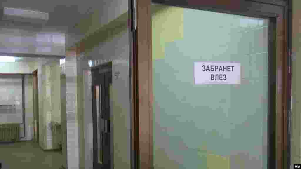 МАКЕДОНИЈА - Градинките, основните и средните училиштата, универзитетите, како и научните институти ќе бидат затворени во наредните 14 дена (од 11 до 25 март), одлучи Владата по препорака на Комисијата за заразни болести, соопшти попладнево министерот за здравство Венко Филипче.