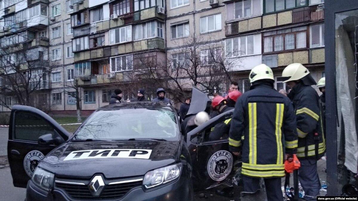 В Киеве автомобиль въехал в остановку, водитель погиб