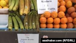 На рынках Ашхабада на товарных ценниках указана установленная государством фиксированная цена на фрукты, которая соответствует стоимость в государственнах магазинах.