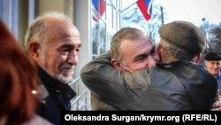 Казим Аметов возле здания суда с людьми, пришедшими его поддержать