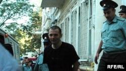 Bloqqer Adnan Hacızadə məhkəməyə gətirilir. 4 sentyabr 2009