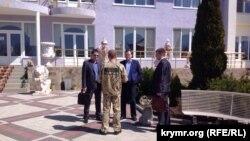 Зубков спілкується з представниками митниці на території сафарі-парку «Тайган»
