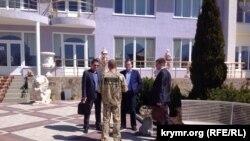 Зубков общается с представителями таможни на территории сафари-парка «Тайган»