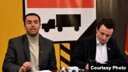 Arkiv - Glauk Konjufca, majtas, deputet i Lëvizjes Vetëvendosje