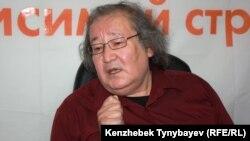 Театральный режиссер и оппозиционный политик Болат Атабаев во время онлайн-конференции на Азаттыке. Алматы, 13 июня 2012 года.