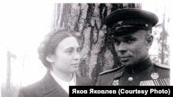 Капитан Величко с женой Еленой. 9 мая 1945 года.