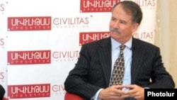 Armenia - Former U.S. Ambassador John Evans (R) speaks at a forum in Yerevan, 27Sep2011.