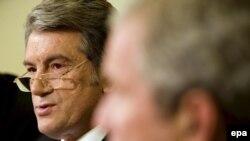 Presidents Yushchenko (left) and Bush at their White House meeting