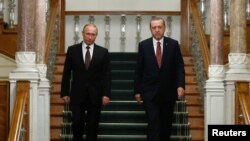Turkey -- Russian President Vladimir Putin (L) and his Turkish counterpart Tayyip Erdogan arrive for a news conference following their meeting in Istanbul, October 10, 2016