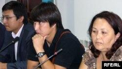 Журналисты из Западно-Казахстанской области Артур Нигметов, Санат Урналиев и Алла Злобина на своей пресс-конференции. Алматы, 19 августа 2009 года.