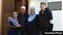 Слева направо: 36-летняя Альбина — сестра Рафиса Галиулина, 45-летний Рафис Галиулин, его жена 36-летняя Наталья Войтенкова и их сын 15-летний Ильдар. Павлодар, 29 сентября 2016 года.