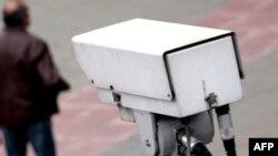 Policijska kamera snima prolaznike - ilustracija