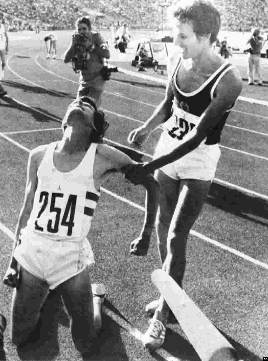 Легкоатлет Юрген Штрауб зі Східної Німеччини (праворуч) і Себастьян Коу із Великої Британії після того, як Коу виграв золото на дистанції 1500 метрів