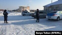 Көп балалы ана Күнсұлу Ысқақованың үйінің маңында тұрған полиция. Астана, 12 ақпан 2019 жыл.