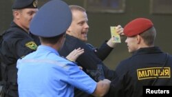 Міліцыя затрымлівае швэдзкага дыплямата Дэйвіда Эмтэстама 22 чэовеня 2011