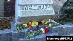 Стела «Ленинград» с траурными цветами в Севастополе