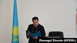 Судья Актюбинского городского суда Ерлан Бакытжан оглашает приговор обвиняемым в «пропаганде терроризма». 31 мая 2018 года.