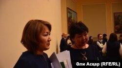 Директор городского центра занятости населения Гульшат Кантарбаева (слева) и руководитель отдела занятости и социальных программ Актобе Найля Буртебаева. Актобе, 16 февраля 2017 года.