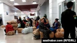 Aşgabadyň halkara aeroportundaky türkmen zenanlary.