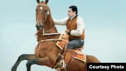 Фотография президента Туркменистана Гурбангулы Бердымухамедова на коне взята из книги «Полет небесных скакунов».