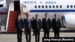 Делегация Южной Кореи во главе с Чон Ый Ёном перед отбытием в Пхеньян.