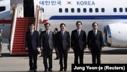 Делегация Южной Кореи во главе с Чон Ый Ёном перед отбытием в Пхеньян