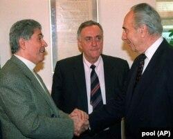اوری لوبرانی (وسط) در دیدار شیمون پرز (چپ) با آنتوان لحد