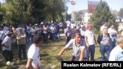Өзбекстанмен арадағы шекара дауына наразылық білдірушілер митингісі. Қырғызстан, Кербен қаласы, 27 тамыз 2016 жыл.