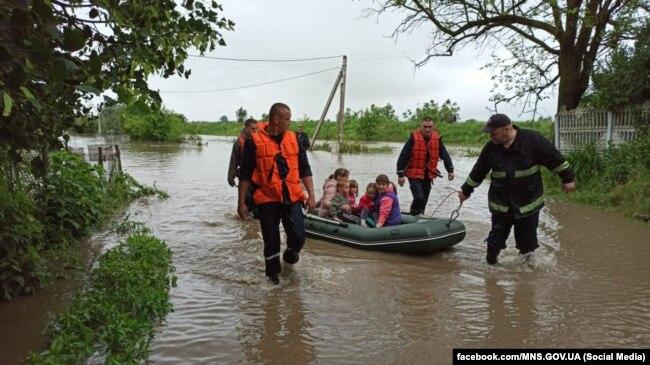 Рятувальники в селі Кропивник, Івано-Франківська область, 23 червня 2020 року