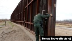 АКШ-Мексика чек арасы. Иллюстрациялык сүрөт.
