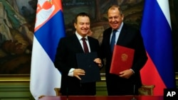 Russian Foreign Minister Sergei Lavrov (right) and Serbian Foreign Minister Ivica Dacic during a signing ceremony in Moscow on April 17