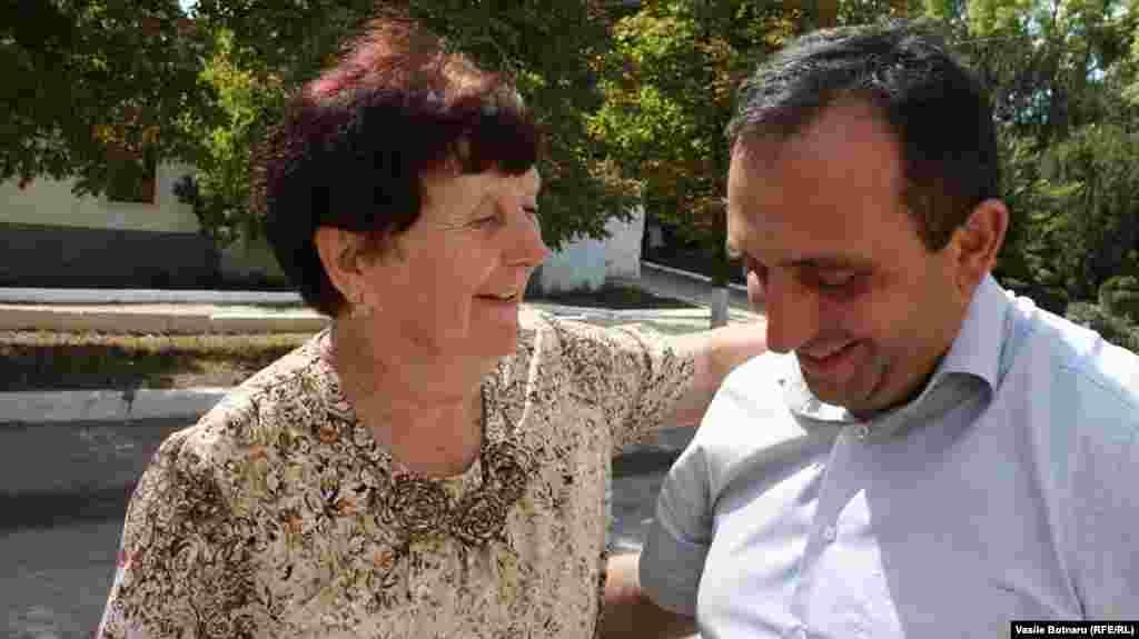 Elena Purice, fostă profesoară de matematică, îi cere, afectuos, primarului Cuculescu, să repare strada pe care locuiește domnia sa