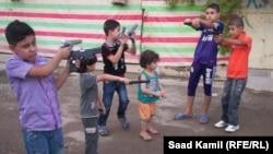 اطفال يحملون العابا نارية
