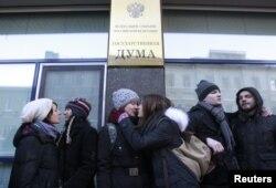 Активісти боротьби за права гомосексуалів цілуються під Державною думою Росії в Москві, 22 січня 2013 року