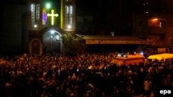 سيارة إسعاف تشق طريقها لإنقاذ ضحايا الهجوم على حفل زفاف بكنيسة في مصر