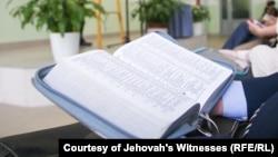 Свидетели Иеговы читают Евангелие; архивное фото
