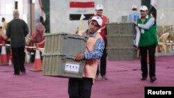 موظفون يعدون أصوات الناخبين في مركز للعد والفرز بالبصرة