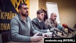 Олег Петренко та Євген Комісар на прес-конференції з приводу юридичного статусу іноземних солдатів, 16 січня 2017 року